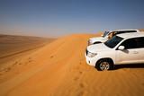 Zwei Geländewagen auf einer Sanddüne