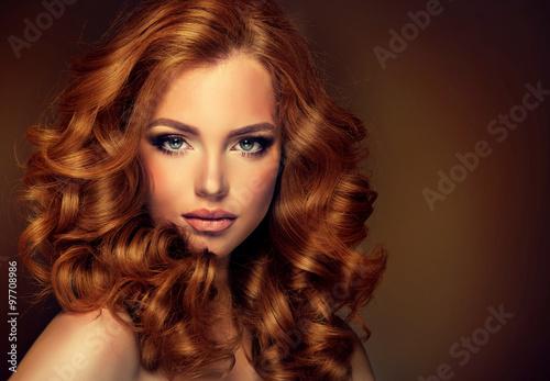 dziewczyna-model-z-dlugim-czerwonym-falistym-wlosy-duze-loki-na-czerwonej-glowie-fryzura-na-stale