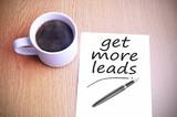 kávu na stole s poznámkou písemně získat více potenciálních zákazníků