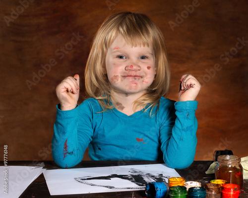 Ребенок рисует в черном