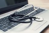 stetoscopio di medico sulla tastiera di un notebook in studio