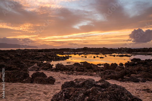 Foto op Canvas Zee zonsondergang Sunset at Shark's Cove Beach with rocky shore