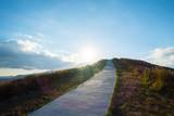 空に続く山道
