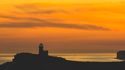 Panoramiczny widok klifów Seven Sisters na zachodzie słońca