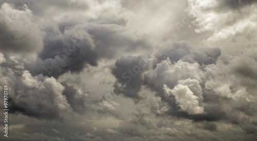 ciemne-zlowieszcze-szare-burzowe-chmury-dramatyczne-niebo-w-pa