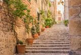 Stara śródziemnomorska uliczka ze schodami