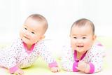 かわいい双子の赤ちゃん