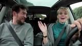 pohodě šťastná žena, která řídila auto s přítelem směje