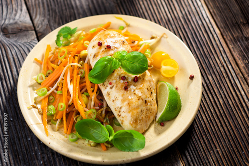 "Roasted chicken breast with vegetable, basil and lime "" zdjęć ..."