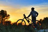 Fototapety niño con su bicicleta en la montaña