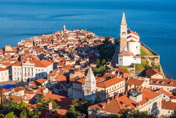 Malowniczego Starego Miasta w Piranie na półwyspie w Adriatyku, Słowenia w godzinach porannych. Widok z lotu ptaka.