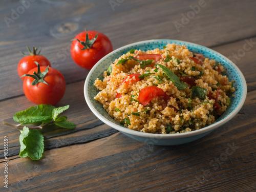Plexiglas Granen Couscous mit Tomaten und Basilikum