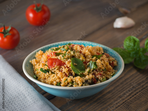 Fotobehang Granen Couscous mit Tomaten und Basilikum