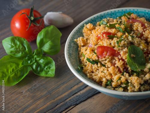 Couscous mit Tomaten und Basilikum - 98355594