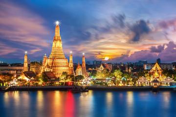 Wat Arun noc widok świątyni w bangkok, Tajlandia...