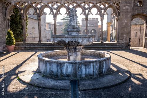 Plakat Balconata del Palazzo dei Papi di Viterbo con fontana quattrocentesca al centro