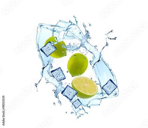 wodny-plusniecie-z-owoc-i-kostka-lodu-odizolowywajacymi-na-bielu