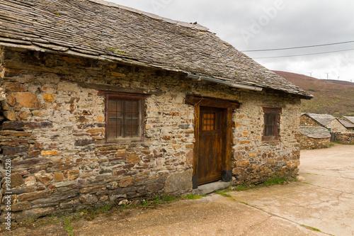 Casita tradicional de piedra peque a casa antigua y - Cambiar tejado casa antigua ...