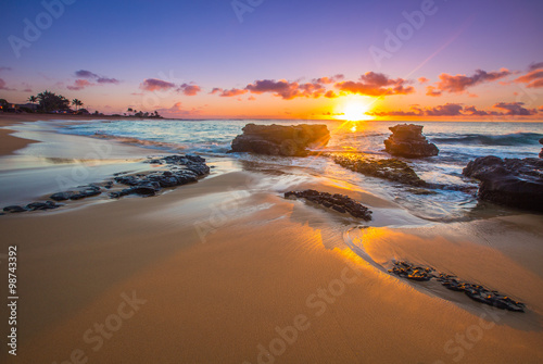 Fotobehang Zonsopgang Sunrise over Sandy's Beach in Honolulu