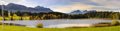 Panorama Landschaft in Bayern mit Berge der Alpen und Forggensee im Allgäu