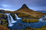 Paisagem das cascatas de Kirkjufell no Norte da islandia.