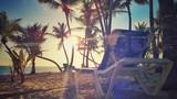 krásný západ slunce a osamělá židle na písečné pláži tropického