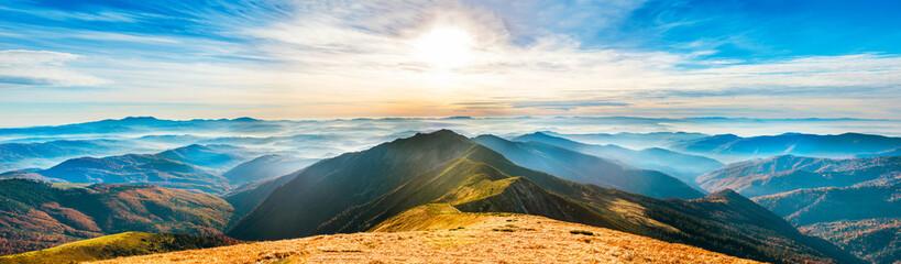 Góra pejzaż o zachodzie słońca