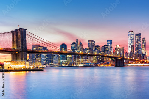Leinwand Poster Brooklyn-Brücke und die Skyline von Lower Manhattan unter einem purpurroten Sonn