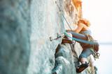 Rock wspinaczka na pionowej płaskiej ścianie - Zdjęcie Seryjne