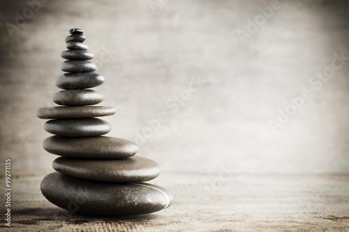 rownowazenie-kamienie-na-szarym-tle