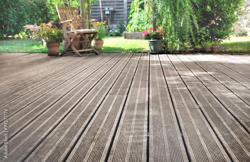 terrasse en bois donnant sur jardin  - 99271776