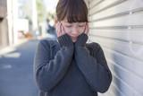 若い女性 うれしい はずかしい 表情 目を閉じる