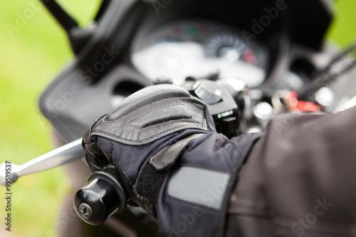 obraz lub plakat Hand eines Motorradfahrers am Lenker