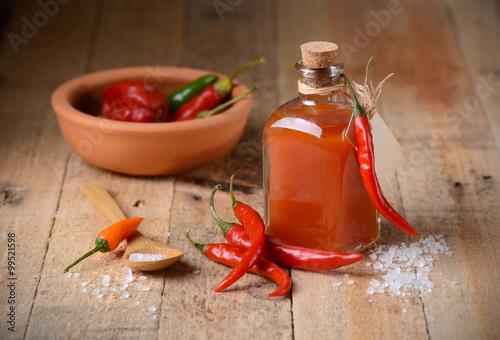 salsa di tabasco fatta in casa nella piccola bottiglia di vetro Poster