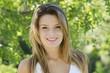 portrait d'une belle jeune fille souriante