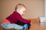 Bebé investigando cámara de fotos