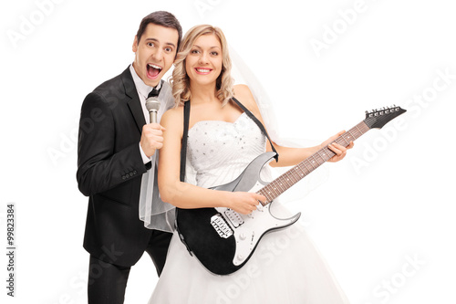 Poster Newlywed couple having fun and playing music