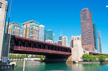 Panoramica di Chicago, skyline, canale, crociera sul fiume, grattacieli, ponti mobili