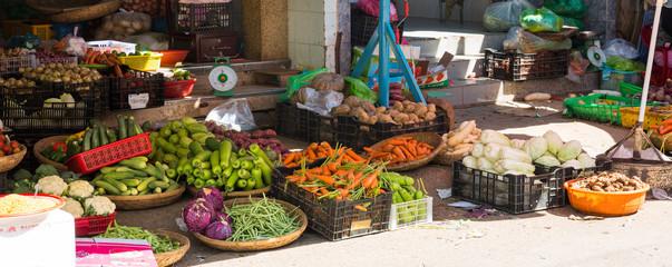 Frücht und Gemüse und Knollen und Gewürze auf dem Markt in Vietnam