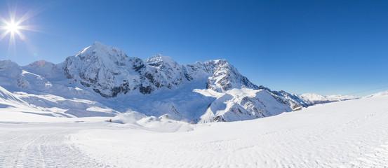 Skipiste in den italienischen Alpen (Sulden/Südtirol) mit Königsspitze, Zebru und Ortler im Hintergrund