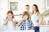 Kinder trinken frisches Wasser mit Limetten - 100134589