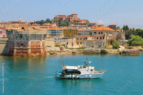 Foto op Canvas Mediterraans Europa Small boat in the waters of the Tyrrhenian Sea. Portoferraio fro