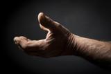 Profilo di mani di uomo . Low key, sfondo nero