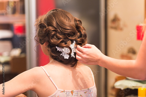 Plagát, Obraz Hair stylist makes the bride before a wedding.