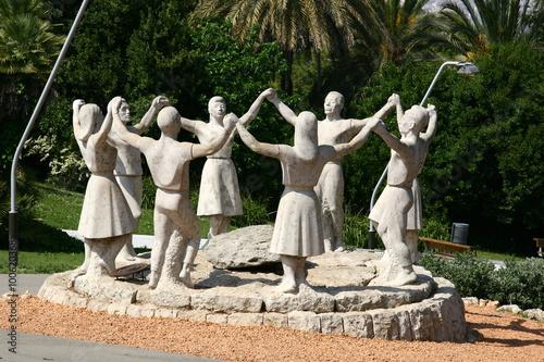 Monument a la Sardana – Tanzende Figuren auf dem Montjuïc, Barcelona, Spanien