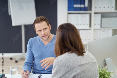 mann im büro erklärt einer frau etwas Poster