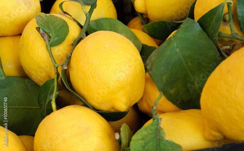 Texture di limoni con foglia, fuoco selettivo