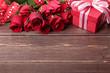 Obrazy na płótnie, fototapety, zdjęcia, fotoobrazy drukowane : Valentine gift with red roses