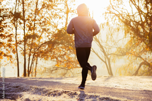 Valokuva Young man running during autumn, winter morning