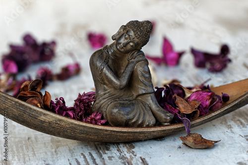 Buddhafigur in einer Palmblattschale плакат